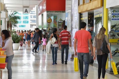 Sociedade civil se manifesta contra reabertura de shoppings e pede lockdown